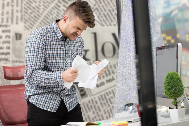 事务、人们、重音、情感和失败概念-恼怒的商人投掷的纸在办公室 免版税库存图片