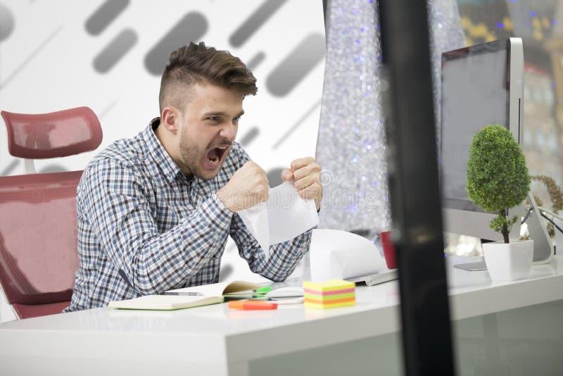 事务、人们、重音、情感和失败概念-恼怒的商人投掷的纸在办公室 图库摄影