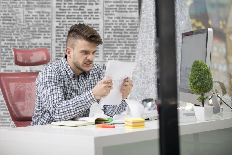 事务、人们、重音、情感和失败概念-恼怒的商人投掷的纸在办公室 库存图片