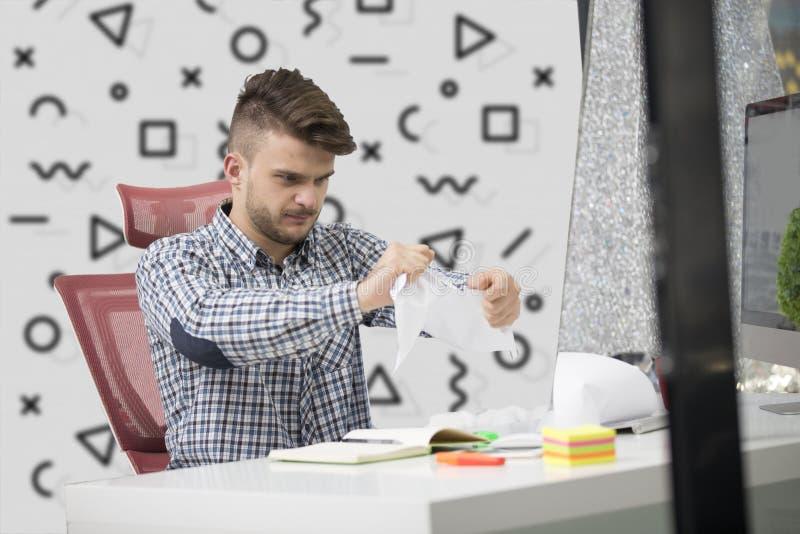 事务、人们、重音、情感和失败概念-恼怒的商人投掷的纸在办公室 库存照片