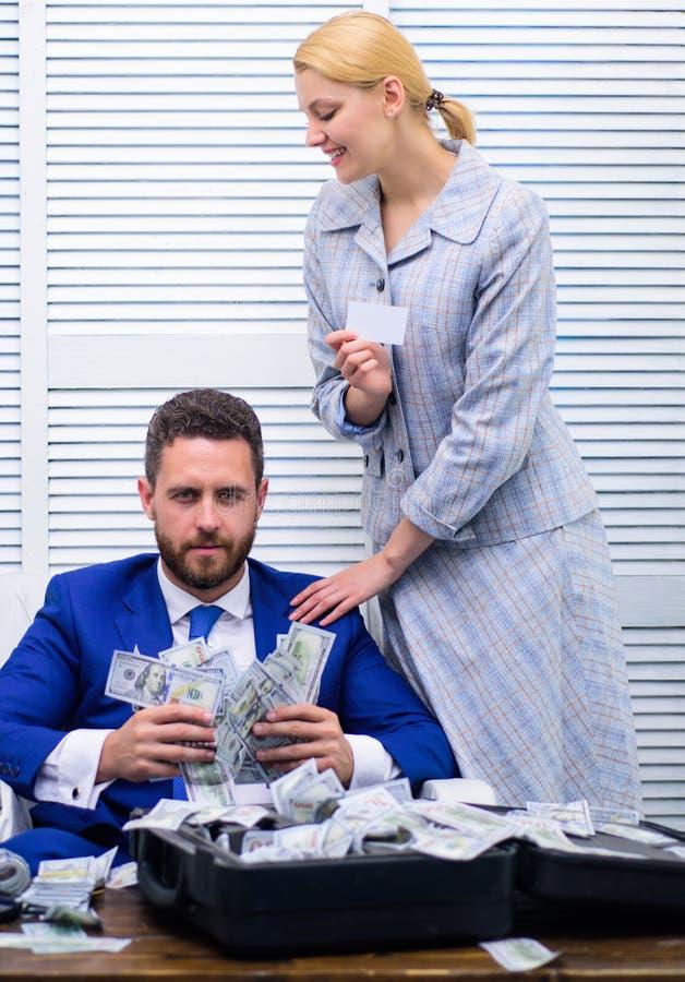 事务、人们和财务概念 愉快的年轻商人在衣服投掷的金钱,当充分坐在案件附近时 免版税库存照片