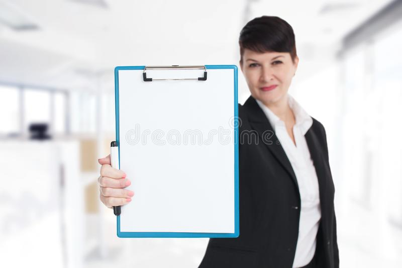事务、技术、互联网和网络的概念 显示空白的剪贴板的年轻企业家 在商业的成功 免版税库存图片