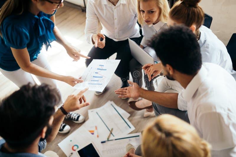 事务、技术和人概念-工作在办公室的创造性的队或设计师 库存图片