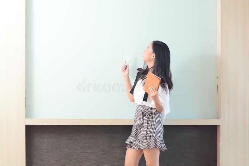 事务和人概念-微笑的女实业家介绍 免版税库存照片