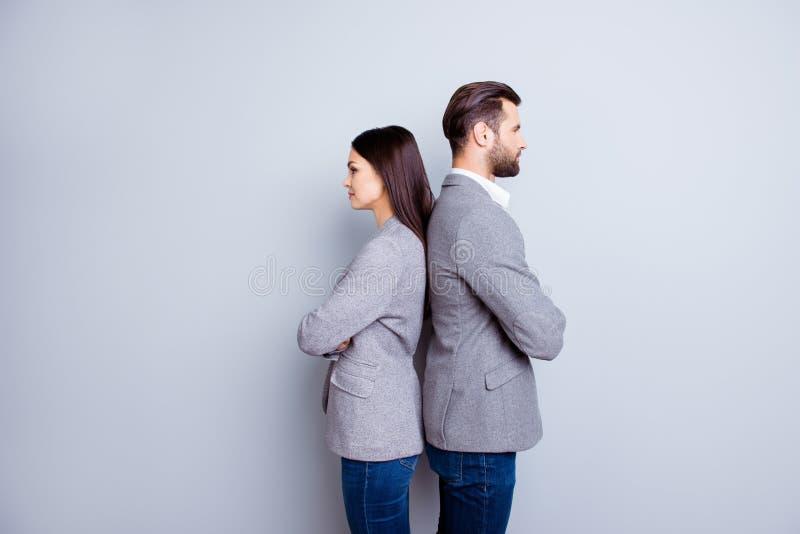 事务和财务的两位专家在灰色夹克和je 免版税库存照片