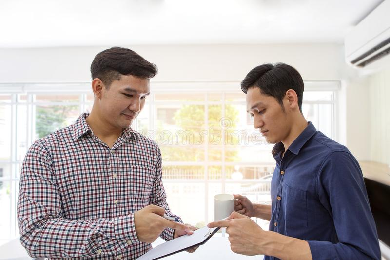 事务谈论在屋子里在办公室 企业谈话 谈论文件和想法概念 咖啡早晨 免版税库存照片