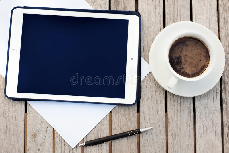事务,日历,任命 与笔记薄,计算机,咖啡杯的办公室桌 免版税库存照片