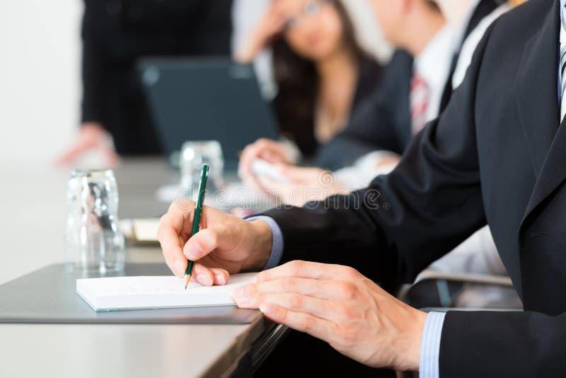 事务-买卖人、会议和介绍在办公室 库存照片