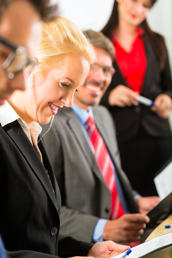 事务-买卖人、会议和介绍在办公室 免版税图库摄影