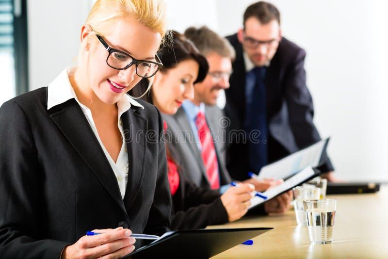 事务-买卖人开队会议 库存照片