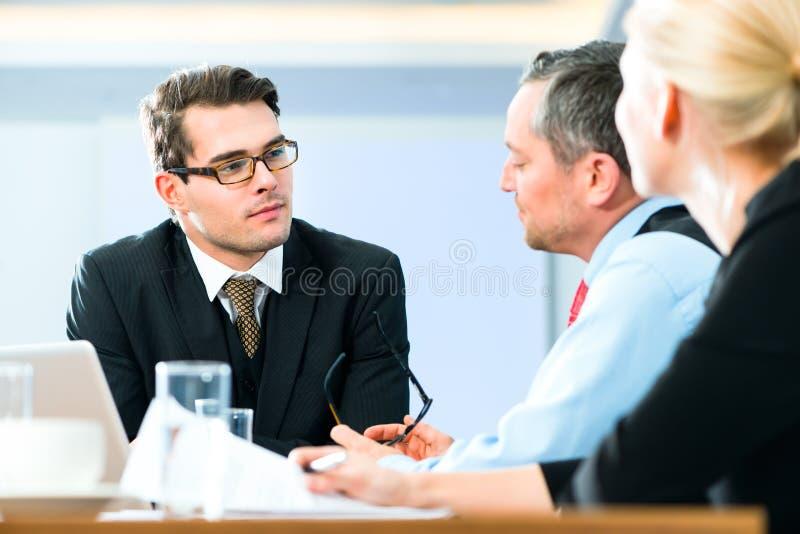 事务-会议在办公室,人们与文件一起使用 库存照片