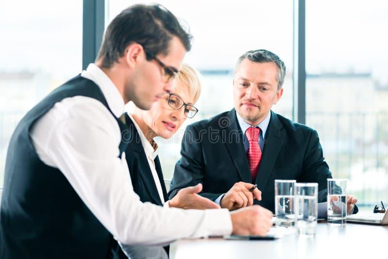 事务-会议在办公室,人们与文件一起使用 免版税库存照片
