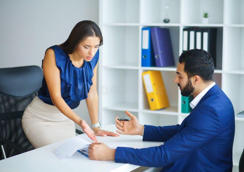 事务 办公室女商人和商人带领的谈话a 免版税库存照片