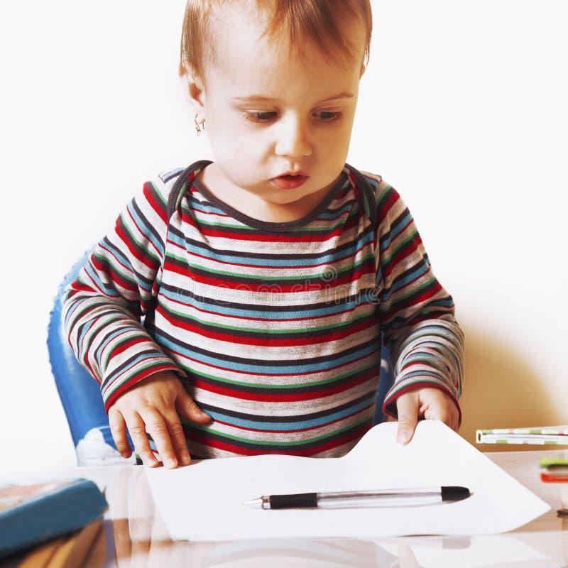 事务 小女婴与文件一起使用 幽默酸碱度 图库摄影