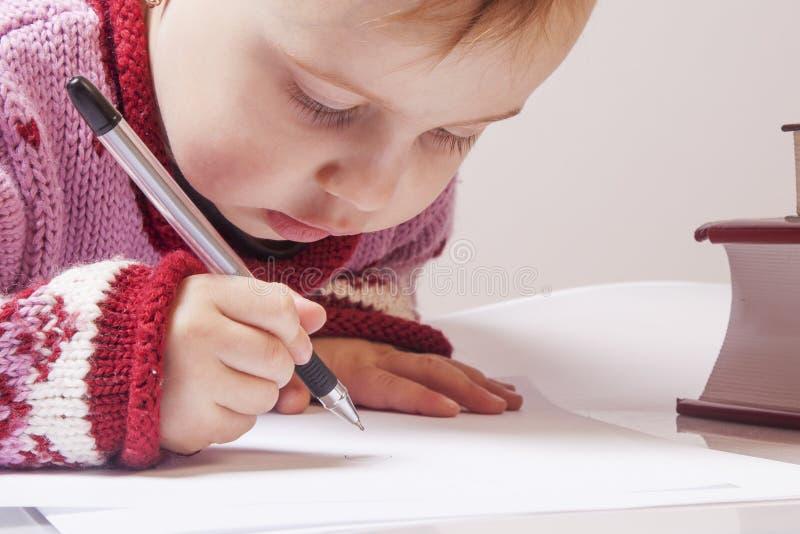 事务 小女婴与文件一起使用 幽默酸碱度 免版税库存照片
