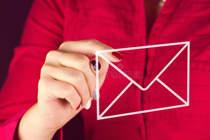 事务-显示在一个邮政信封的妇女一个手指 免版税库存照片