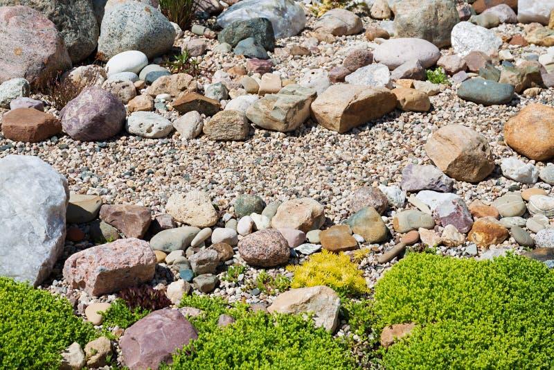 从事园艺与从庭园花木和石头的设计 库存图片