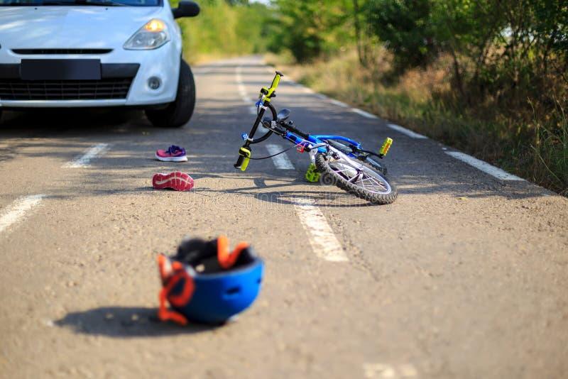 事故与自行车的车祸在路 库存图片