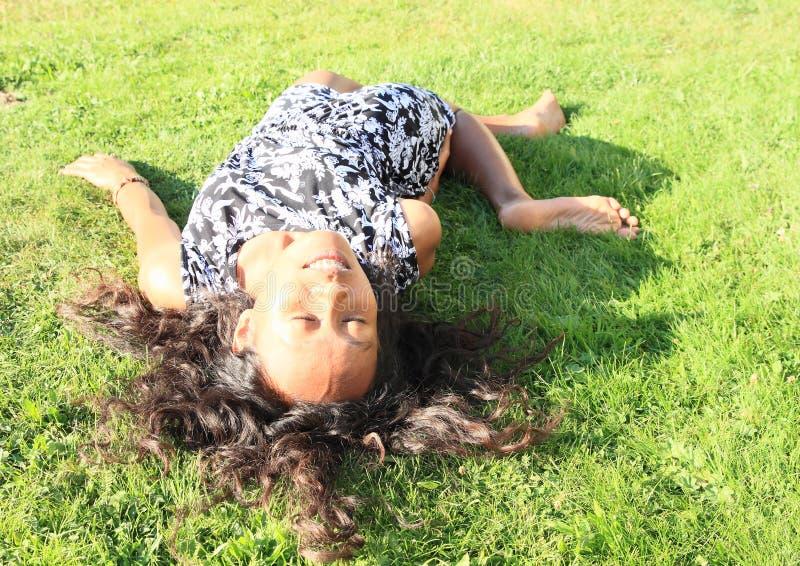 事故姿势的女孩 免版税库存照片