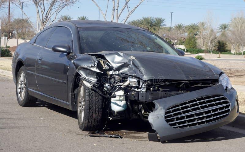 事故汽车损坏的路击毁 库存照片