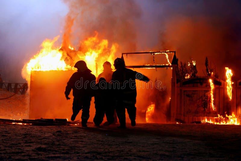 事故消防队员抢救受害者 库存图片