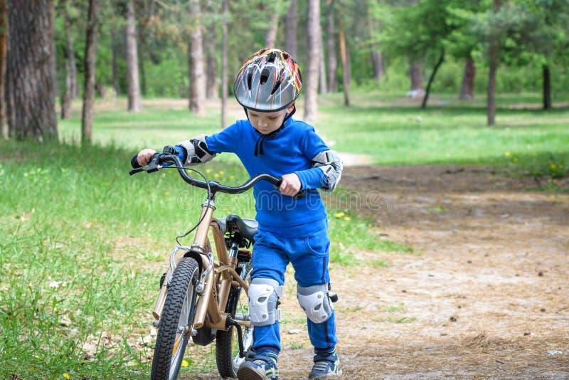 事故背景自行车紧急位于的路服务 哄骗安全概念 运输他的自行车的男孩修理地方 免版税图库摄影