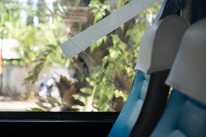 事故破裂的打破的公共汽车玻璃窗 免版税库存图片