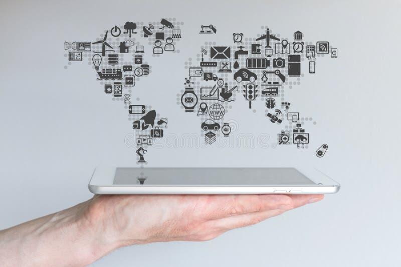 事概念全球性移动设备和互联网  拿着现代片剂或巧妙的电话的手 图库摄影