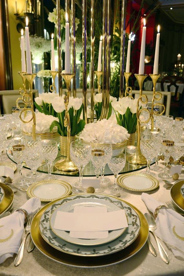 事件-白色和金黄表装饰,白花 库存图片