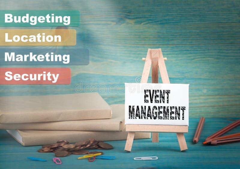 事件管理、事务和战略思想 由书和金钱的布告牌和通知 库存图片