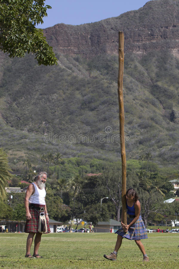 Download 妇女的投棒步行 编辑类图片. 图片 包括有 结构, 高地, 日志, 女性, 国际, 妇女, 夏威夷, 苏格兰 - 30330015