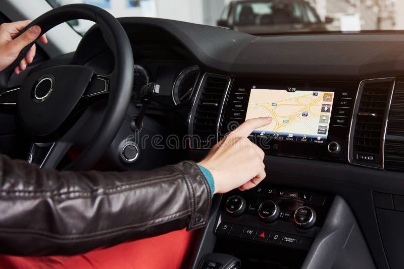 事IOT概念聪明的汽车和互联网  对汽车` s控制台的手指点和象弹开在屏幕外面 库存图片