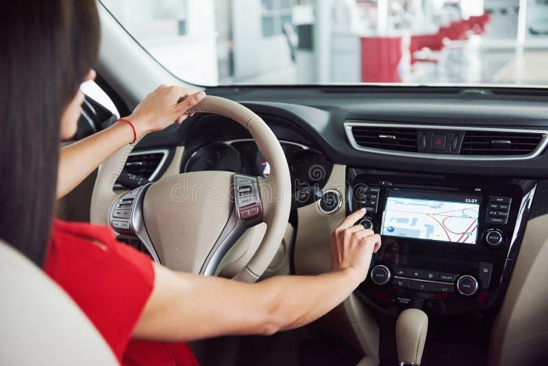 事IOT概念聪明的汽车和互联网  对汽车` s控制台的手指点和象弹开在屏幕外面 免版税图库摄影