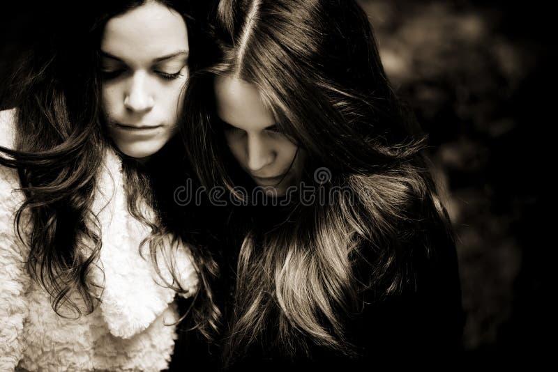 二个哀伤的女孩 库存图片