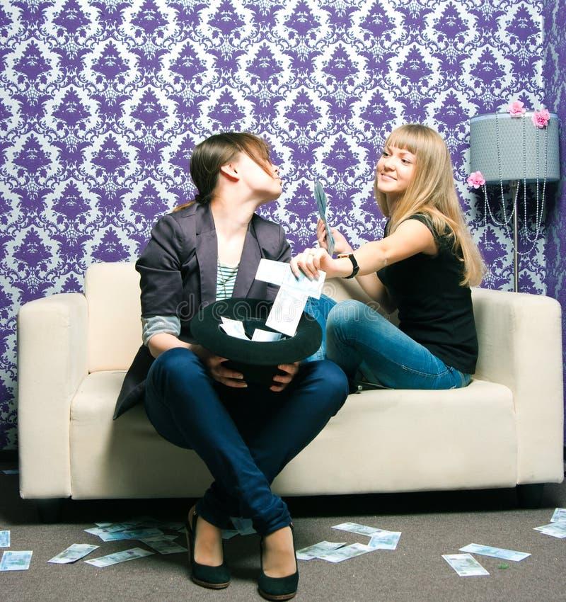 二个女孩分散俄国卢布 免版税库存图片