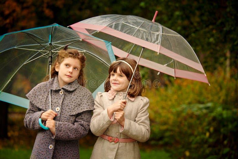二个女孩在秋天公园 免版税库存图片