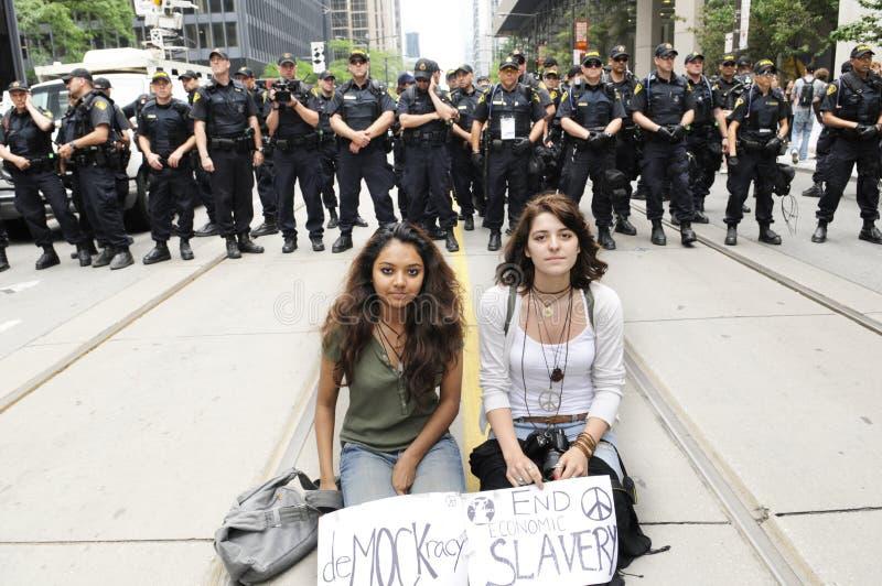 二个女孩平安的拒付。 库存照片