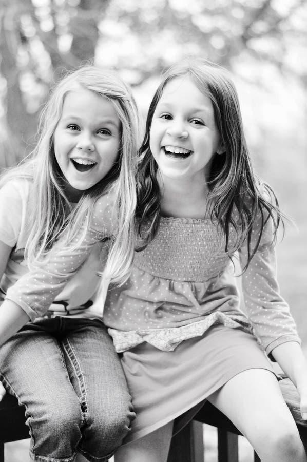 二个女孩笑 图库摄影