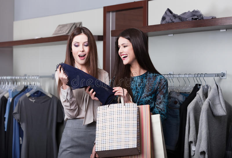 二个女朋友去购物 图库摄影