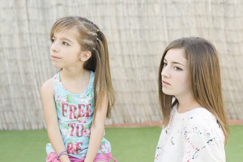 Download 二个姐妹纵向 库存照片. 图片 包括有 人们, 子项, 自然, 女孩, 愉快, 表面, 女性, 人员, 纵向 - 72370808