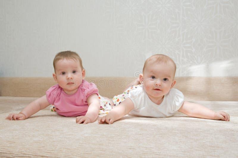 二个姐妹,双胞胎女婴 免版税库存照片