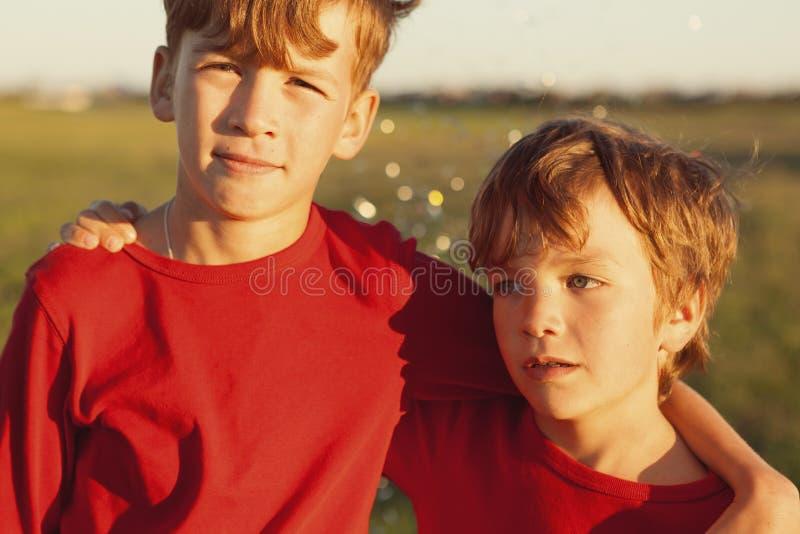 二个愉快的兄弟纵向 免版税库存照片