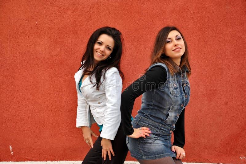 二个愉快的女朋友 免版税库存照片