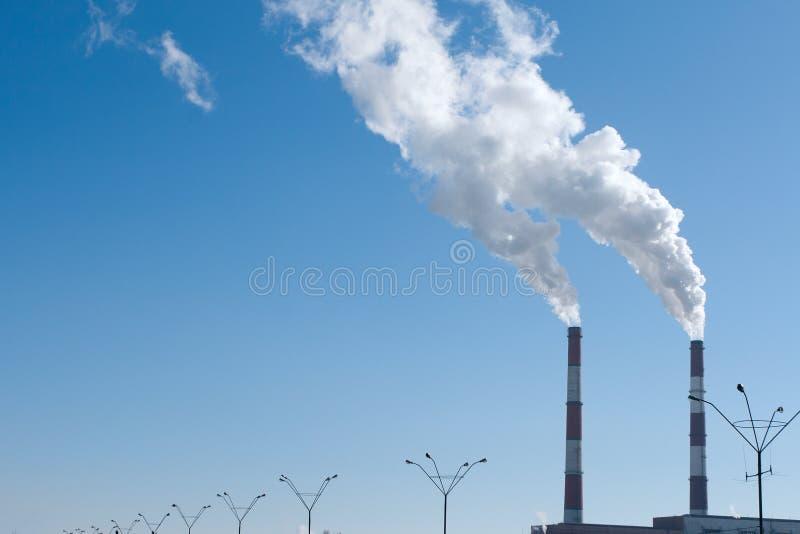 二个抽烟的烟囱污染航空 免版税库存图片