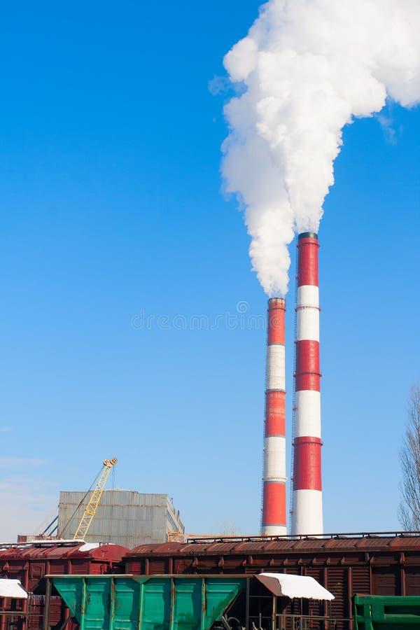 二个抽烟的烟囱污染航空 免版税库存照片