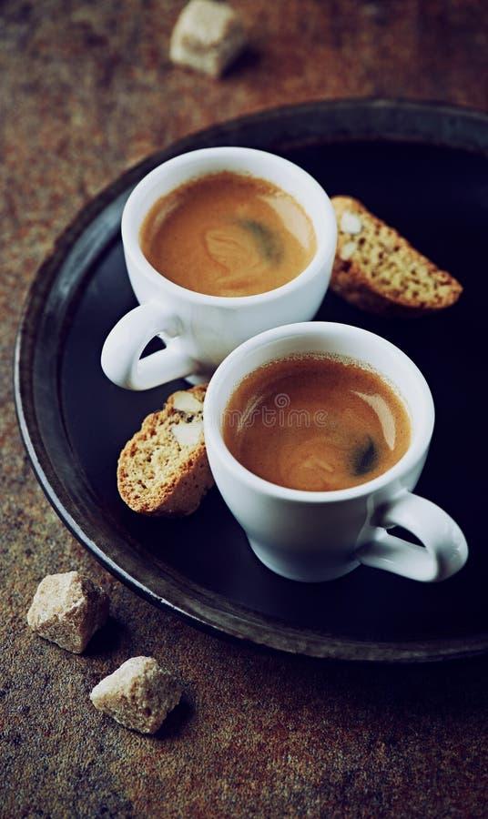 二个杯子与cantuccini的浓咖啡 免版税库存照片