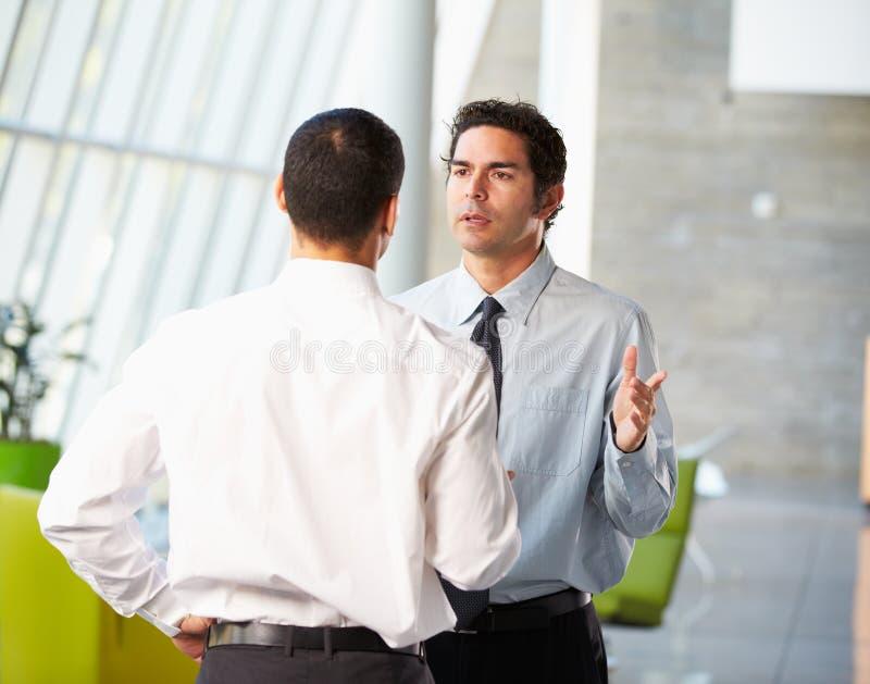 二个生意人开非正式会议在现代办公室 图库摄影