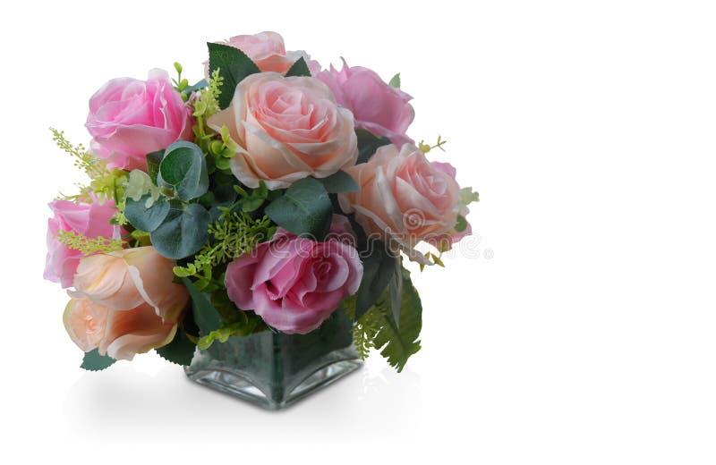 二切开了桃红色和橙色玫瑰花束在玻璃花瓶在白色后面 免版税图库摄影