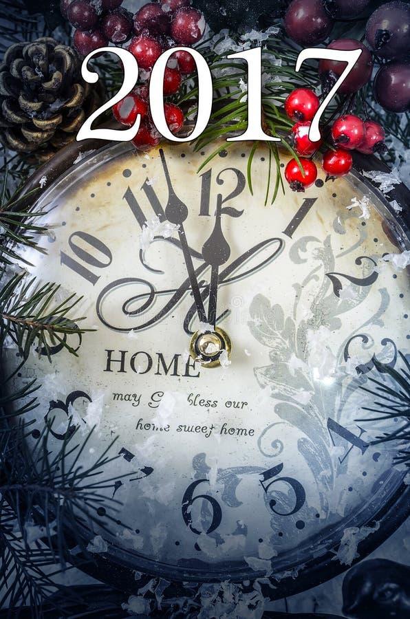 二千和十七新年静物画 在雪的老时钟 免版税库存照片