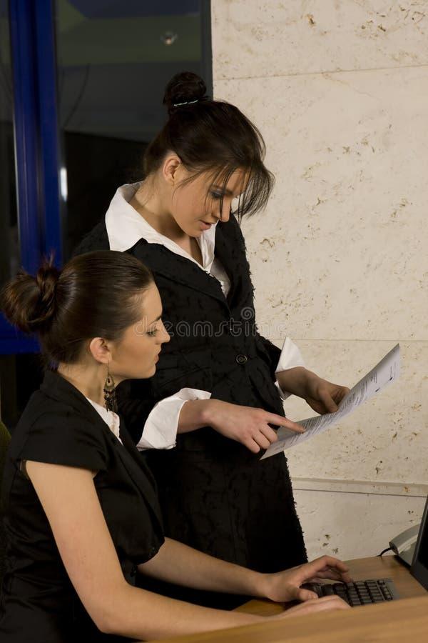 二名妇女工作 库存图片